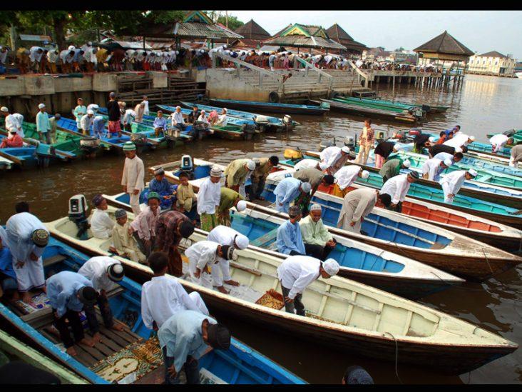 PONTIANAK, 20/9 - SHOLAT DI PERAHU. Sejumlah umat Islam menunaikan Sholat Idul Fitri 1430 H di tepi Sungai Kapuas, di Kawasan Keraton Kesultanan Kadariah Pontianak, Kalbar, Minggu (20/9). Keraton Kadariah yang berusia 238 tahun tersebut, merupakan awal berdirinya Kota Pontianak dan merupakan pusat perkembangan Agama Islam di Kalimantan Barat. FOTO ANTARA/ Jessica Wuysang/nz/09